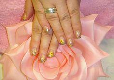 Kesäkynnet: glitteri ja kuivakukat. Summer nails.  www.studiorose.fi Summer Nails, Gel Nails, Studio, Rose, Earrings, Beauty, Summery Nails, Gel Nail, Ear Rings