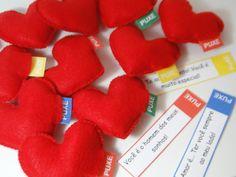[ Corações Fofinhos com mensagens personalizadas ]    Quem não gosta de surpresas? Esta é uma forma muito fofa para demonstrar carinho e amor e emocionar aquela pessoa especial!!    A embalagem contém dez corações.    As mensagens devem ser enviadas logo após efetuar a compra.    Medida do coração: 6,5 x 7,5 cm    Medida da embalagem: 17,5 x 17,5 x 5 cm    Embalagem disponível na cor branca. R$ 34,00