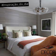 A maciez dos tecidos, evidentes na cabeceira da cama, nas almofadas e no sofá, garante aconchego ao dormitório. Em cores neutras, o décor recebe revestimento em papel de parede que destacam as luminárias irreverentes e em estilo clássico, proporcionando sofisticação ao ambiente.