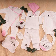 Set de recién nacido fabricado en algodón orgánico compuesto por 8 piezas babero, pijama estilo kimono, camisilla, pantalón, babas, gorro y manoplas. Adicionalmente con ovejita sonajero y tarjeta de para en forma de ovejita.