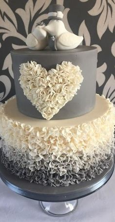 25th Wedding Anniversary Cakes, 30th Anniversary Parties, Wedding Cake Designs, Wedding Cakes, Cake Decorating Designs, Ruffle Cake, Sweets Cake, Gold Wedding Invitations, Wedding Cake Inspiration