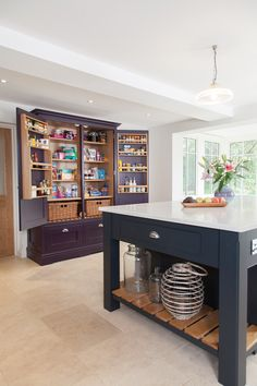 Surrey kitchen : Armários e estantes por Lewis Alderson Kitchen Storage Units, Kitchen Storage Solutions, Kitchen Cupboards, Kitchen Paint, Kitchen Redo, New Kitchen, Kitchen Ideas, Pantry Cupboard, Cupboard Storage