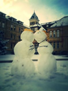heartwarming little romance :-) Courtney, get ready for the next snow fall. Winter Magic, Winter Fun, Winter Christmas, Snowman Photos, I Love Snow, Snow Sculptures, Snow Art, Romance, Frosty The Snowmen