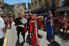 https://flic.kr/p/KSYwgf | 74ème Festival Folklorique International Danses et Musiques du Monde | N'hésitez pas à consulter notre site internet www.tourisme-amelie.com  Dès le début du 20° siècle et notamment lors des fêtes du Carnaval, un groupe de jeunes gens et de jeunes filles exécutait dans les rues de la ville des danses folkloriques catalanes.  Jean TRESCASES, fondateur des Danseurs catalans d'Amélie les bains en 1935, créa en 1936 un festival folklorique des provinces françaises.  Et…