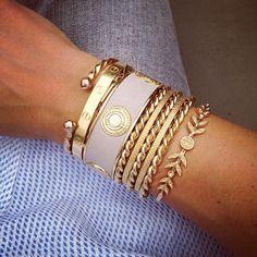 Tuesday Bangles ! LargeTorsadé JoncLaurier;Cartier ;BeigeRosé I Love Jewelry, Gold Jewelry, Jewelry Accessories, Fashion Accessories, Fashion Jewelry, Luxury Jewelry, Modern Jewelry, Custom Jewelry, Shoes