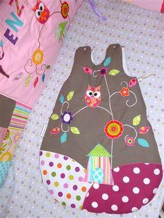 Gigoteuse personnalisée et ses hiboux sur fond taupe et collines à pois. Création unique et sur mesure pour bébé - Pistache & Chocolat.