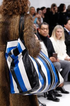 Balenciaga Parigi - Collections Fall Winter - Shows - Vogue. Fur Fashion, Fashion Bags, Fashion Show, Fashion Trends, Big Handbags, How To Make Handbags, Vogue Paris, Fall 2016, Ready To Wear