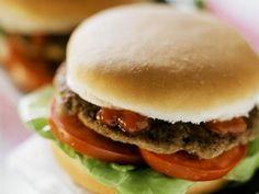 Blitzhamburger mit Ketchup, Tomaten und Salatblatt ist ein Rezept mit frischen Zutaten aus der Kategorie Fruchtgemüse. Probieren Sie dieses und weitere Rezepte von EAT SMARTER!
