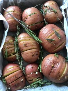 Chili garlic hasselback potatoes – Kitchen Mai Hasselback Potatoes, Roasted Potatoes, One Pot Meals, Main Meals, Baby Potato Recipes, Appetiser Recipes, Flavored Olive Oil, Types Of Potatoes, Healthy Appetizers