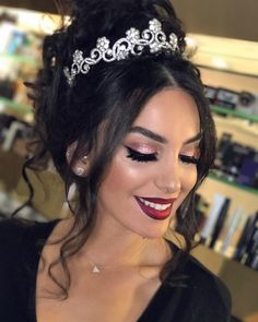 Makeup Ideas for Brides - Oana Vlad - - Ideias de maquiagem para noivas Makeup tips for the wedding day. Sweet 16 Hairstyles, Quince Hairstyles, Bride Hairstyles, Updo Hairstyle, Celebrity Hairstyles, Black Wedding Hairstyles, Hair Ponytail, Wedding Hair And Makeup, Bridal Makeup