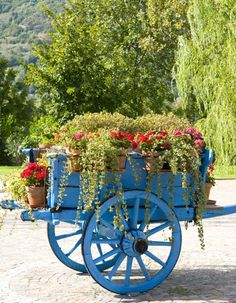 A garden is not only designed for functional purposes, but for your delight as well. We present you a few garden details and outdoor resting places, which make Flower Cart, Flower Pots, Flowers, Garden Cart, Old Wagons, Cute Cottage, Deco Floral, House With Porch, Garden Trellis