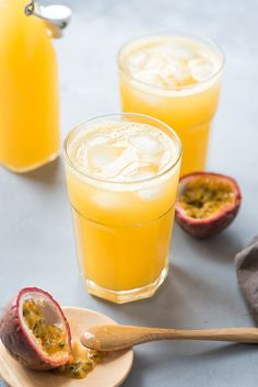 After my recipe for cherry & lime lemonade, here is this new version, passion fruit lemonade: the taste of the sun par excellence! Fruit Juice Recipes, Fruit Smoothies, Smoothie Recipes, Yummy Drinks, Healthy Drinks, Yummy Food, Healthy Recipes, Lime Lemonade Recipe, Pineapple Lemonade
