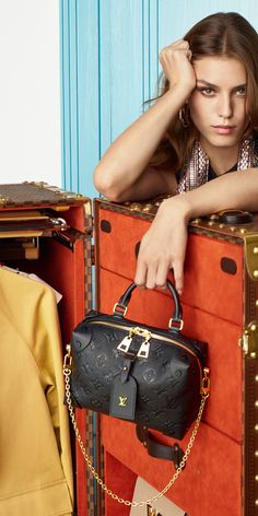 Louis Vuitton Sneakers, Best Christmas Presents, Ely, Coco Chanel, Purses And Handbags, Luxury Branding, Black Hair, Bag Accessories, Dior