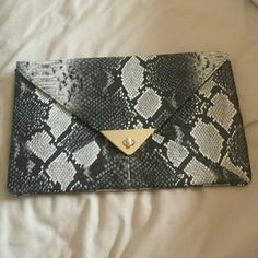 NWOT Snake Skin Purse❤ I have never used this bag before. This bag has a small mark on the front of the purse that you can see in picture 2. It is only noticeable when you look at it from up close. Let me know if you have any questions. (The snake skin is not real) Bags