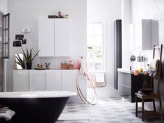 Med smart förvaring och gott om avlastningsytor blir badrummet harmoniskt och lättstädat. GODMORGON högskåp, högglans, grå, och DALSKÄR tvättställsblandare med bottenventil, vit.