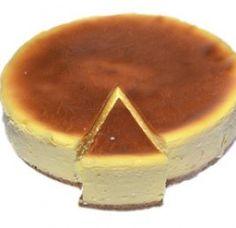 TARTA DE QUESO Y YOGUR (MICROONDAS): 1 - En un molde para microondas ponemos 4 cucharadas de azúcar y 3 cucharadas de agua a temperatura máxima. Cuando el caramelo esté listo, bañar las paredes del molde.(O usar caramelo liquido).  2 - Poner en otro molde 300g de queso de untar, 1 lata grande de leche condensada, 1 yogur, 4 huevos y batir todo. Verter la mezcla en el molde. 3 - Cocer en el microondas a 750w durante 15 minutos. 4 - Dejar reposar y servir. Microwave Recipes, Kitchen Recipes, Pie Recipes, Sweet Recipes, Dessert Recipes, Dessert Micro Onde, Delicious Desserts, Yummy Food, Cheesecake