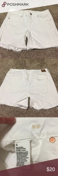 White American Eagle shorts White American Eagle shorts, brand new, worn once. Made to be frayed at thigh. Can keep like that or roll. Smoke free home. American Eagle Outfitters Shorts Jean Shorts