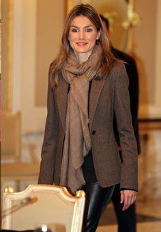 princesa Letizia con pantalon de cuero y bufanda elegantemente anudada