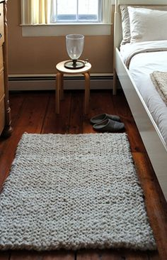 big stitch knit rug diy.  I shall make one for every room of my house.