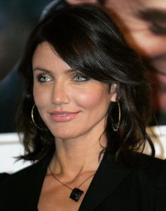 Cuban beauty Cameron Diaz, nice makeup colors for very dark hair. - Cuban beauty Cameron Diaz, nice makeup colors for very dark hair. Cameron Dias, Hairstyle Curly, Dark Hair, New Hair, Hair Inspiration, Curly Hair Styles, Hair Cuts, Hair Beauty, Actresses