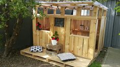 Kinderspielhäuser mit Holzpaletten Children's play houses with wooden pallets Pallet Playhouse, Build A Playhouse, Playhouse Outdoor, Castle Playhouse, Outdoor Play, Outdoor Living, Backyard Fort, Backyard For Kids, Recycled Pallets