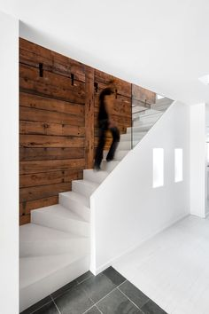 Puristischer Hauseingang mit treppenweißer Glaswand Purist house entrance with staircase white glass wall The post Purist house entrance with staircase white glass wall appeared first on Leanna Toothaker. Interior Staircase, Staircase Design, Interior Architecture, Stairs Architecture, Staircase Glass, Staircase Ideas, Spiral Staircases, Garden Architecture, Residential Architecture