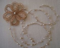 Fio de perolas com flor Soraya Wire Wrapped Jewelry, Wire Jewelry, Handmade Jewelry, Bijoux Fil Aluminium, Wire Crochet, Wire Crafts, Thing 1, Headbands, Crochet Necklace