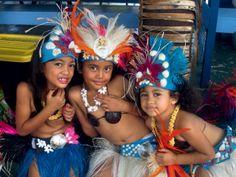 Οι μικρές, όλο νάζι, με τις παραδοσιακές τους στολές περιμένουν τη σειρά τους να χορέψουν στο σαββατιάτικο παζάρι Punanga Nui.