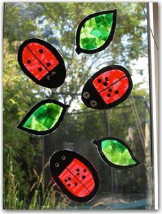 Marienkäfer aus zerissenem Transparentpapier - Ladybug suncatcher craft