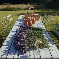 Bom dia! Prepare-se para receber a família e os amigos no fim de semana. Use a sua melhor louça decore a casa com as flores do seu jardim e abra as portas para a alegria!  #latabledegiselle