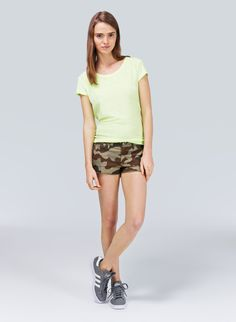 TNA CARLSBAD SHORTS - Classic stretch-twill cutoffs with an authentic camo print