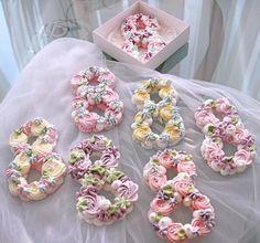 Маленькие восьмерочки , как клумбочка в саду 🌸🌸😃#восьмерки из хрустящего безе #подарокна8марта #8марта #тортсердце #тортсцветами #сердце… Baked Meringue, Meringue Cookies, Yummy Cookies, Cake Cookies, Cupcake Cakes, Cake Decorating Tips, Cookie Decorating, Merengue Cake, Baileys Cake