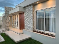100 fachadas de casas modernas e incríveis para inspirar seu projeto House Front Design, Small House Design, Modern House Design, Modern House Facades, Modern House Plans, Modern Houses, Facade House, House In The Woods, Exterior Design
