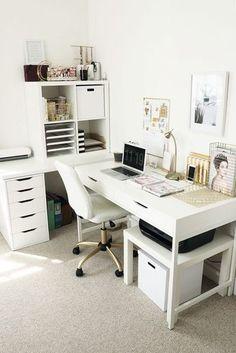 IKEA Schreibtisch über Eck. Eckbüro. Weißes Büro, weißer Stuhl, farbloses Büro.