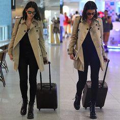 Nada como um bom trench coat para elevar o status de looks básicos! @brumarquezine acertou em cheio ao combinar o seu com calça skinny preta, botas pesadas e óculos espelhados. Gostaram?