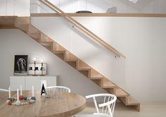 Saksaer en moderne og minimalistisk trapp. Selv med et rent og enkelt uttrykk finner du lekre detaljer i bl.a. rekkverket der glasset er frest inn i trinnet. En smal og enkel håndlist forsterker også det moderne uttrykket. Trappen er festet med en vange og skaper et luftig rom. Her er Saksa vist i helstav eik…
