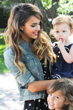 JESSICA ALBA, Mommy. this is so cute! and she's gorgeous. love her hair here.