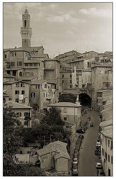 Uno scorcio di Siena: in primo piano Via di Fontebranda. Foto di Uwe Steiger su http://www.fotocommunity.it/pc/pc/display/866880