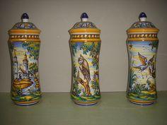 Tarros de famacia inspirados en piezas antiguas. Policromia con grecas renacentistas