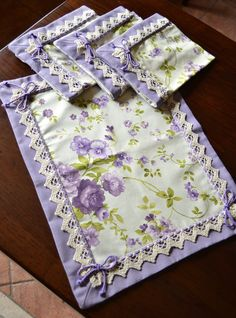 PANSY BREAKFAST SET - PatriziaB.com Charming breakfast set of 4 napkins made with a pure cotton patterned fabric on which delicate bouquets of roses and violets are distributed