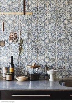 Love the tile for a backsplash. Intricate and delicate pattern on tiles for kitchen backsplash - carreaux ciment carrelage cuisine / Kitchen Interior, New Kitchen, Kitchen Dining, Kitchen Decor, Home Interior, Interior Modern, Design Kitchen, Kitchen Styling, Kitchen Black