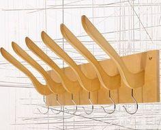 Cintres inversés détournés en porte-manteaux. http://pierrepapierciseaux.be/inspiration/le-grand-detournement-dobjets/
