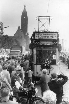 WEST-BERLIN 1967, die letzte Straßenbahn wurde verabschiedet.  Ich habe als Kind noch erlebt, wie die Schienenstränge am Ku-damm entfernt wurden und Parkplätzen wichen.  Heute bereut man diese Entscheidung vielleicht.