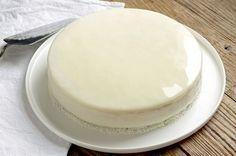 La recette du glaçage miroir blanc, idéale pour glacer vos entremets. En ajoutant le colorant de votre choix vous obtenez un glaçage unique !