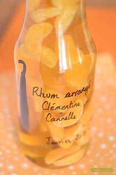 Cinnamon Clementine arranged rum – Winter arranged rum – Mandarin and Cinnamon: – 1 bottle of – 3 ripe clementines – of cane sugar – 1 vanilla pod split in 2 – 1 cinnamon stick – white rum (about 70 cl) Cocktail Drinks, Alcoholic Drinks, Rum, Healthy Cocktails, In Vino Veritas, Limoncello, Mojito, Mixed Drinks, Whisky