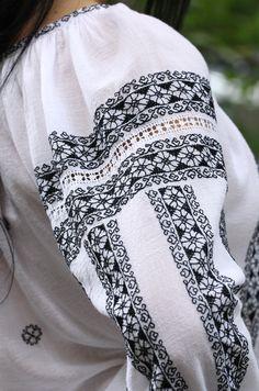 Ie Românească Sânziana N - Chic Roumaine Ethnic Fashion, Teen Fashion, Tribal Dress, Folk Costume, Peasant Blouse, Crochet Scarves, Boho Tops, Traditional Dresses, Blackwork