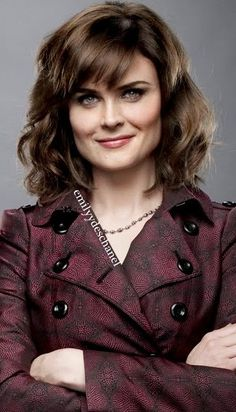 Emily Deschanel wavy shoulder length hair and bangs Square Face Hairstyles, Trendy Hairstyles, Zoey Deschanel, Divas, Shoulder Hair, Shoulder Length, Bombshell Beauty, Actrices Hollywood, Square Faces