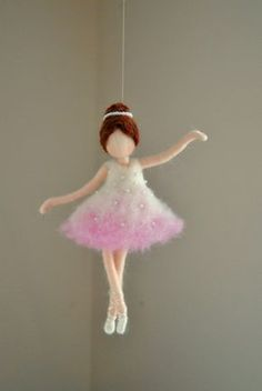 Ballerina ornamento Aguja fieltro adorno de lana : Bailarina en rosa Ballerina Ornament Needle Felted wool ornament : by MagicWool Wool Dolls, Felt Dolls, Needle Felted, Wet Felting, Ballerina Ornaments, Wool Felt, Felted Wool, Felt Fairy, Felting Tutorials