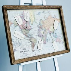 plan de table mariage en carte mondiale et étiquettes à bagages