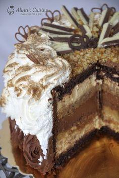 Tort cu crema caramel si cu crema de ciocolata - are 3 tipuri de blat (umed, pandispan si blat de nuca), kranz si un pic de crema de whisky No Cook Desserts, Sweets Recipes, Cookie Recipes, Delicious Desserts, Romanian Desserts, B Food, Bulgarian Recipes, Caramel Recipes, Pastry Cake